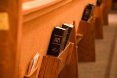 Bibbia santa in un banco di chiesa Immagini Stock