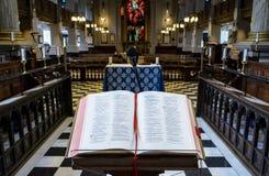 Bibbia sul leggio nella vista della cattedrale di Birmingham dall'altare Fotografia Stock Libera da Diritti