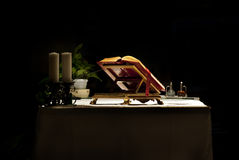 Bibbia sull'altare con le candele Fotografie Stock