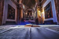Bibbia sull'altare in una chiesa cattolica Immagini Stock