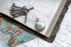 Bibbia, vigilanza e tasti antichi Fotografia Stock Libera da Diritti