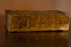 bibel 1500 circa den heliga gammala tabellen Arkivfoto