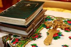 Bibel, alte Kirchenbücher Kreuz gesetzt nahe den Büchern Lizenzfreie Stockbilder