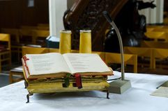 Bibel auf Altar in der Kirche stockfotografie