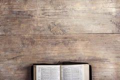 Bibel auf einem hölzernen Schreibtisch lizenzfreies stockbild