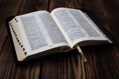 Bibel auf hölzernem Brett Lizenzfreies Stockbild