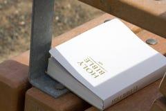 Bibel auf Park-Bank lizenzfreie stockbilder