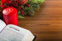 Bibel bredvid stearinljus och julgrönska Royaltyfri Fotografi