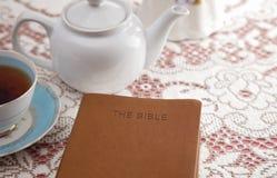 Bibel dargelegt mit Tee für eine Damen-Bibel-Studie stockbild