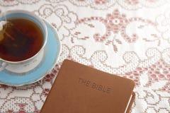 Bibel dargelegt mit Tee für eine Damen-Bibel-Studie stockfotografie
