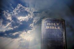 Bibel in das helle Sonnenlicht, das durch Wolken glänzt Lizenzfreie Stockfotografie