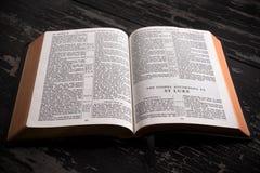 Bibel för konung som James är öppen till början av den nya testamentet Royaltyfria Foton