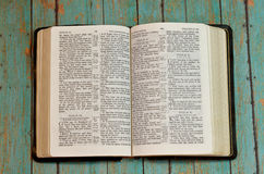 Bibel geöffnet zum Buch von Pslams stockfotografie