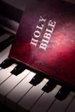 Bibel gesetzt auf Klavier Stockfoto