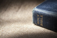 Bibel gesetzt auf Sackleinen Lizenzfreie Stockbilder