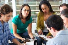 Bibel-Gruppe, die zusammen liest Lizenzfreies Stockbild