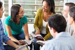 Bibel-Gruppe, die zusammen liest Stockbild
