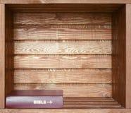 Bibel i gammal trähylla Arkivfoto