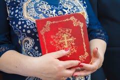 Bibel i händerna Royaltyfri Fotografi