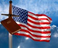 Bibel, Klinge und USA-Markierungsfahne stockfoto