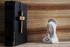 Bibel, kors och mary Arkivbild