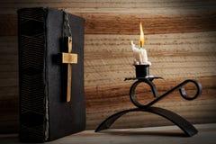 Bibel, kors och stearinljus Royaltyfria Bilder