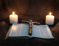 Bibel, Kruzifix und zwei Kerzen Stockfotos