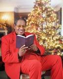 Bibel-läsning för lycklig jul royaltyfri foto