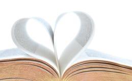 Bibel med hjärtaform på sidor royaltyfria bilder