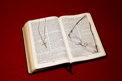 Bibel med korset Arkivfoton