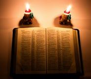 Bibel med stearinljus Arkivbild