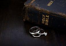 Bibel med vigselringar Royaltyfri Fotografi