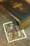 Bibel mit Abbildung der Heiliger Lizenzfreies Stockbild