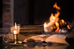 Bibel mit einer brennenden Kerze Stockfotografie