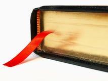 Bibel mit Farbbandbookmark Lizenzfreie Stockbilder