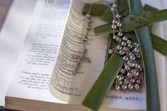 Bibel mit Kreuz und Rosenkranzperlen Lizenzfreies Stockfoto