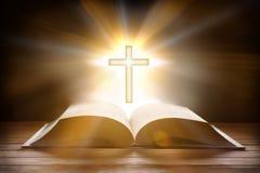 Bibel mit kreuzförmigem Anhänger auf hölzerner Lattentabellenfront lizenzfreies stockbild