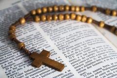 Bibel mit Rosenbeetkorne Kruzifix Stockbild