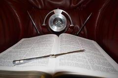 Bibel mit Uhr Stockfotos