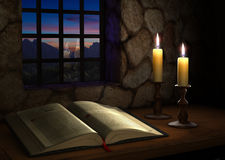 Bibel nahe einem Fenster Stockbilder