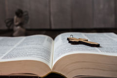 Bibel och ängel för kristen arg på träbakgrund Arkivfoto