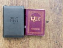 Bibel och Quran royaltyfri fotografi