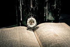 Bibel och steampunkklocka Royaltyfri Fotografi