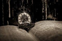 Bibel och steampunkklocka Arkivbild