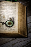 Bibel och steampunkklocka Royaltyfri Foto