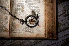 Bibel och steampunkklocka Arkivbilder