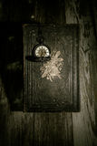 Bibel och steampunkklocka Royaltyfri Bild