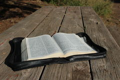 Bibel på den Wood tabellen Fotografering för Bildbyråer