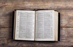 Bibel på ett träskrivbord Royaltyfria Bilder