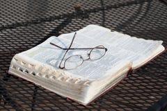 Bibel på järntabellen Arkivbild